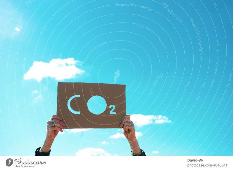 CO2 - wir sind die Zukunft Schönes Wetter CO2-Ausstoß Klimawandel Schild Umweltverschmutzung Kohlendioxid Himmel Zukunftsangst Umweltschutz Luft Sauerstoff