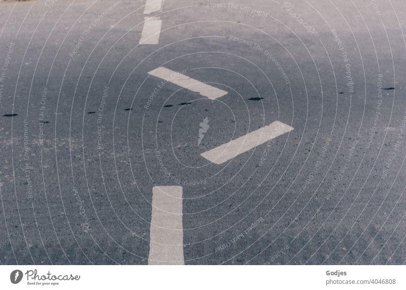 Fehler in der Fahrbahnmarkierung ... gerade über die Straße ist out. Staßenbemalung Wegführung Fußgängerüberweg Wege & Pfade Menschenleer Außenaufnahme Licht