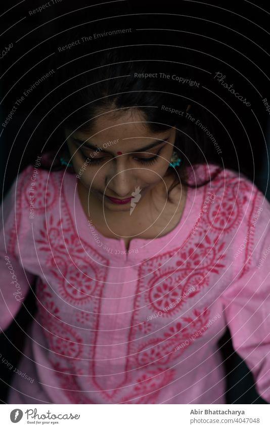 Indische Teenager-Mädchen in rosa Kleid stehen auf dem Dach Treppe Inder asiatisch konservativ brünett Behaarung Schwarzes Haar attraktiv jung Lächeln Haushalt
