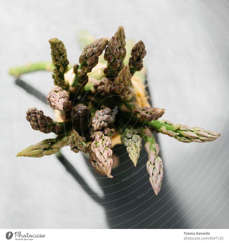 Bündel roher frischer Spargel. Fokus auf den Vordergrund. Lebensmittel grün Gemüse Gesundheit Hintergrund Diät Paprika Essen Ernährung Mahlzeit organisch Frucht