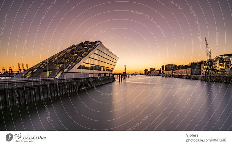 Hafen am Abend Langzeitbelichtung Reflexion & Spiegelung Licht Nacht Perspektive Fortschritt Inspiration modern Zukunft Dockland Hamburg Future Coolness