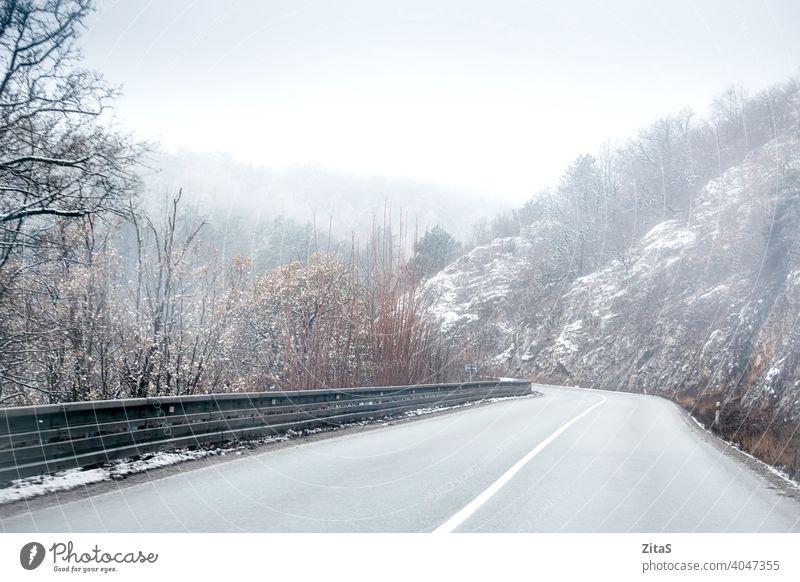 Bergstraße in der Slowakei zur Winterzeit Straße Berge u. Gebirge Slowakische Republik Weg Natur Nebel neblig kalt Einfrieren Schnee verschneite weiß Landkreis