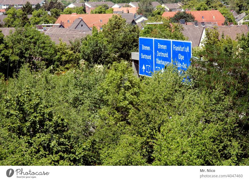 A 1 Autobahn richtungsweisend Richtung Autobahnschild Pfeil Schilder & Markierungen Hinweisschild Navigation Wege & Pfade Orientierung Empfehlung Stadt blau
