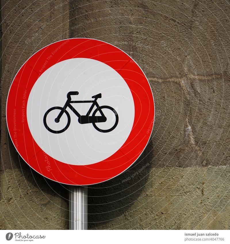 Fahrradampel an der Wand Ampel Zyklus Fahrradsignal signalisieren Verkehrsgebot Straße Ermahnung Großstadt Verkehrsschild Zeichen Symbol Weg Vorsicht