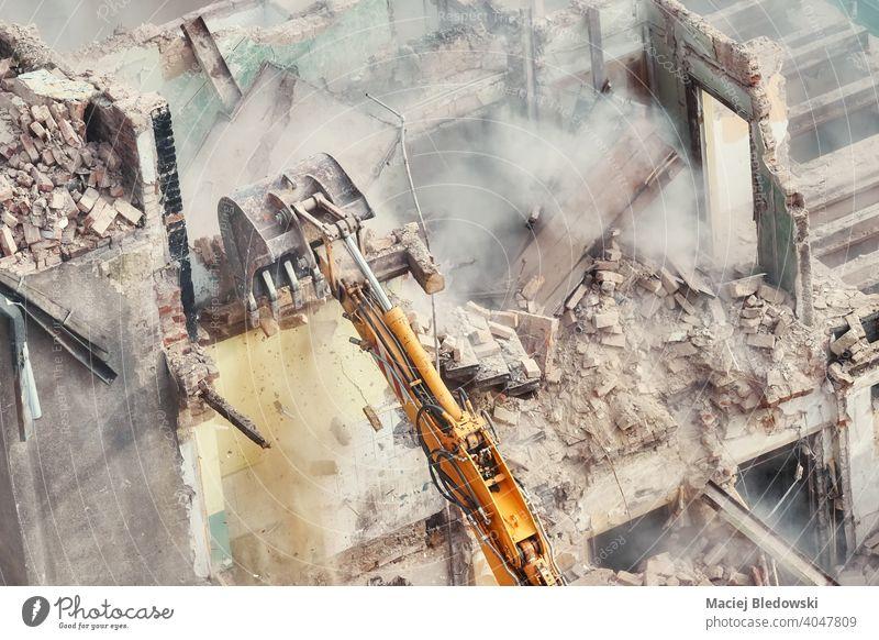Gebäudeabbruch im Gange, Ansicht von oben. Abriss Zerstörung Industrie Bagger Bruchstein Wand Arbeit Maschine Gerät Konstruktion Standort Haus Demontage Gefahr