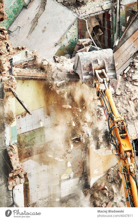 Hohe Winkelansicht eines Gebäudeabbruchs im Gange. Abriss Zerstörung Industrie Bagger Bruchstein Wand Arbeit Maschine Gerät Konstruktion Standort Haus Demontage