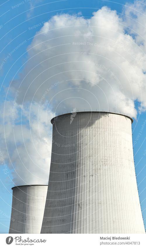 Rauchende Schornsteine gegen den blauen Himmel, Umweltverschmutzung Konzept. Verschmutzung Industrie Energiezentrum Kraft Pflanze dreckig Elektrizität