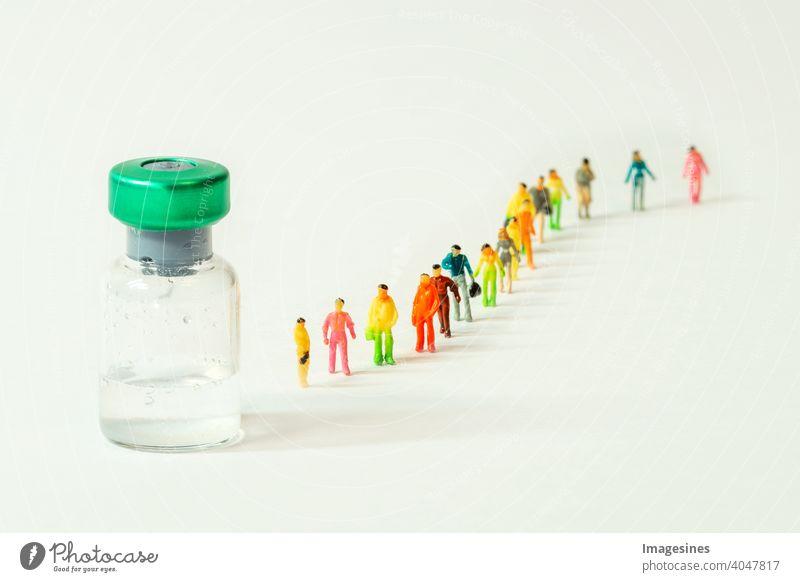 Menschliche Figuren, die in der Schlange auf Massenimpfungen warten, Massenimpfungen mit Distanzierung. Coronavirus, Covid 19-Virus und Impfstoffflasche. Forschung