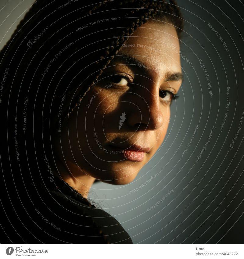 Nikolija portrait frau halbschatten dunkelhaarig langhaarig profil blick tageslicht ernst fokussieren schön