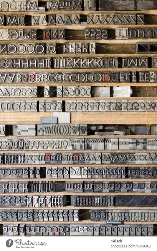 Lettern Bleisatz Schriftsetzer Druckform Gutenberg Handwerk Buchstabe Zwiebelfisch groß klein Drucker Ausbildung Hurenkind Schusterjunge Maschine Monotype
