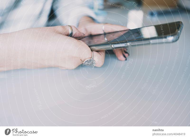 Jugendliche Hände halten ein Smartphone Technik & Technologie Mobile Telefon klug WiFi Frau jung Teenager Reflexion & Spiegelung reflektierend Sauberkeit Tisch