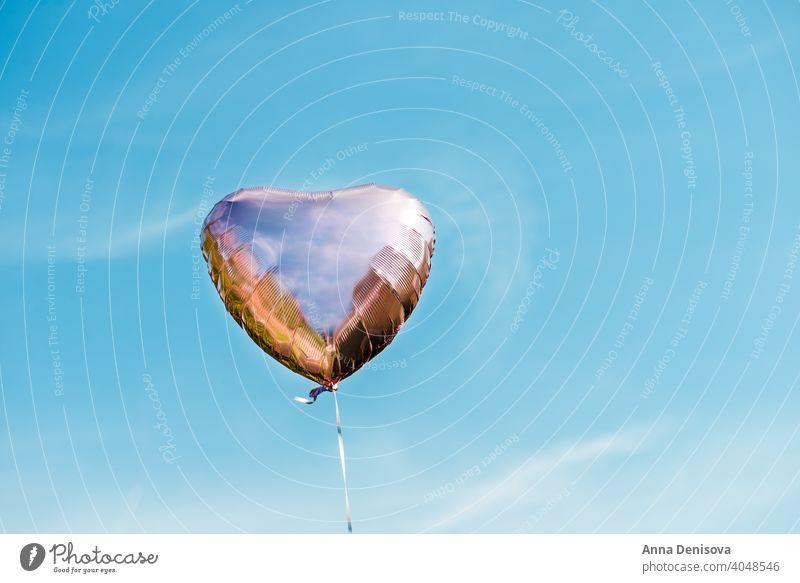 Herzförmige Ballon auf dem Himmel Hintergrund Luftballon Form rot blau Farbe Liebe Geschenk romantisch Geburtstag weiß Feier feiern Air abstrakt Sommer