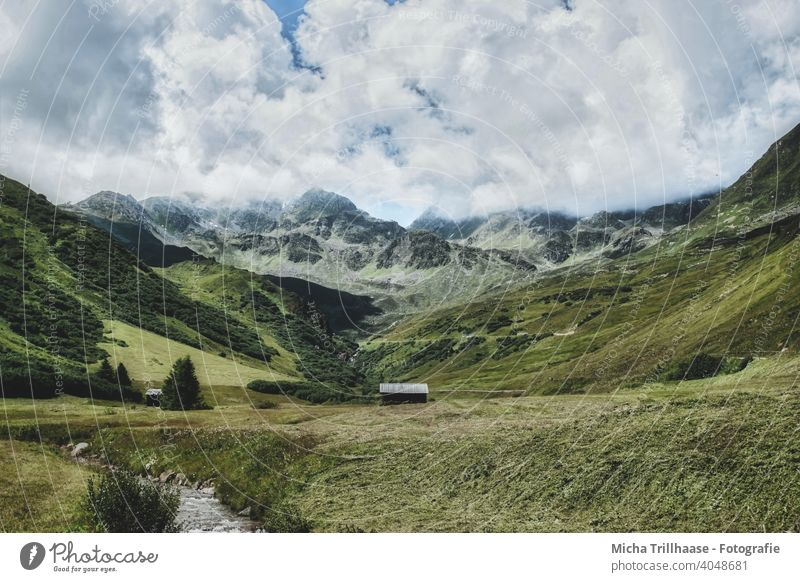 Landschaft in den österreichischen Alpen Serfaus-Fiss-Ladis Österreich Berge Täler Holzhütten Berghütten Natur Nebel Nebelschwaden Gras Wiese Weide Felsen