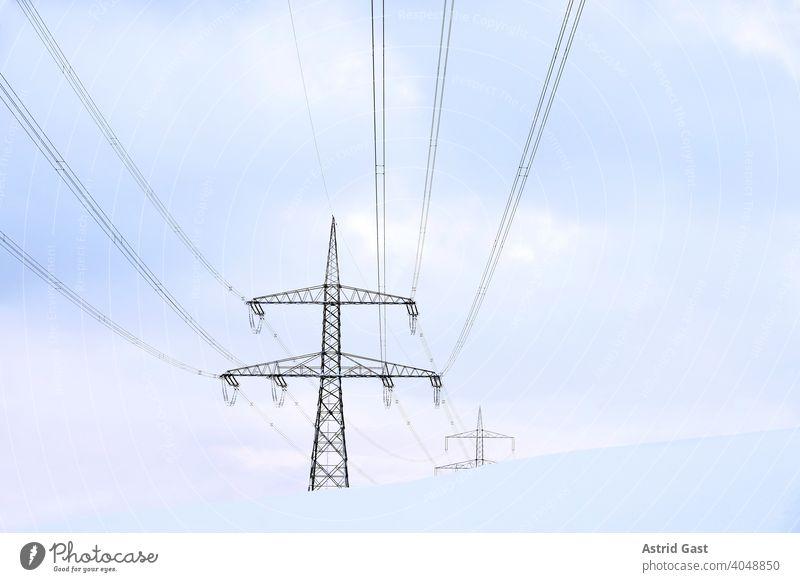 Freileitungsmasten in Deutschland im Winter im Schnee strommast freileitungsmast kabel stromkabel stromleitung stromgewinnung elektrik technik leitungen