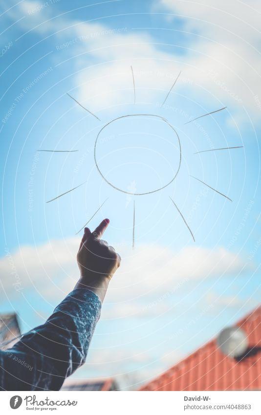 Kind zeigt auf eine aufgemalte Sonne auf einem Fenster Sonnenlicht zeigen Zeichung Sonnenenergie Solarenergie Sonnenstrahlen gutes Wetter Sommer Hand Himmel