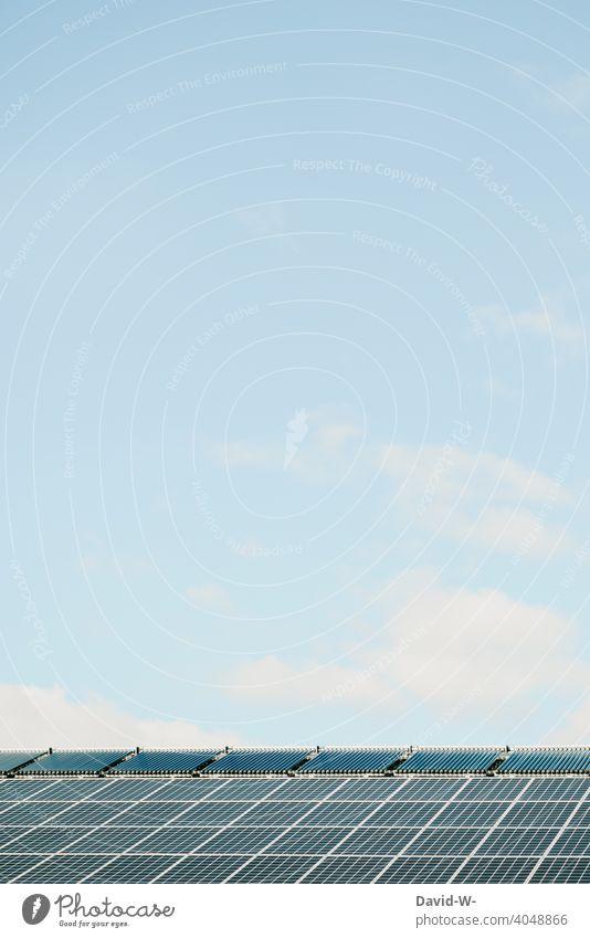 Photovoltaikanlage / Solarmodule auf einem Dach Solarenergie innovativ Klima Sonnenschein Umwelt Solarzellen Erneuerbare Energie Sonnenenergie Umweltschutz
