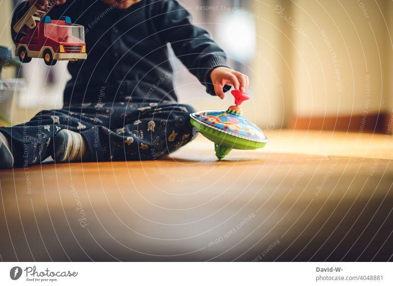 spielendes Kind zu Hause auf dem Fußboden Spaß Spielzeug erkunden Freude Kinderbetreuung Kindheit niedlich Glück Kinderzimmer Zufriedenheit beschäftigung