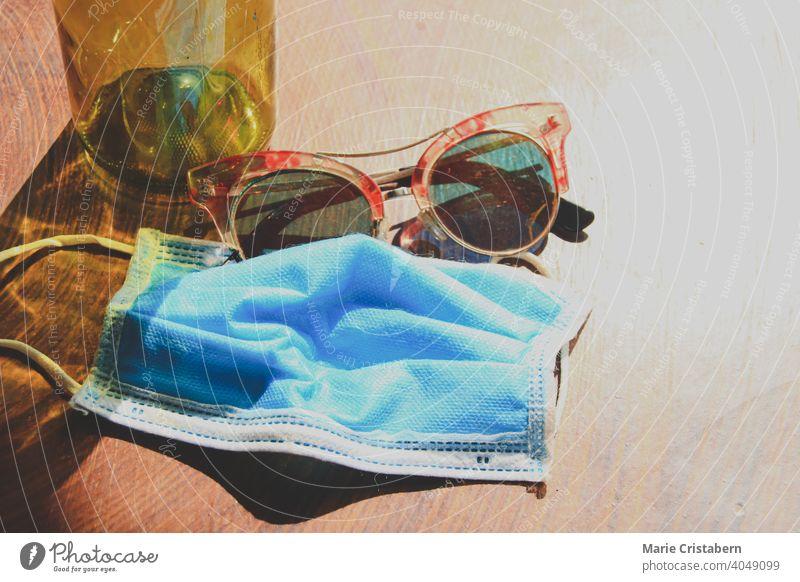 Medizinische Maske und Sommer-Sonnenbrille, um den neuen normalen Lebensstil im Sommer zu zeigen neue Normalität Sommer neue Normale Konzept Sommer