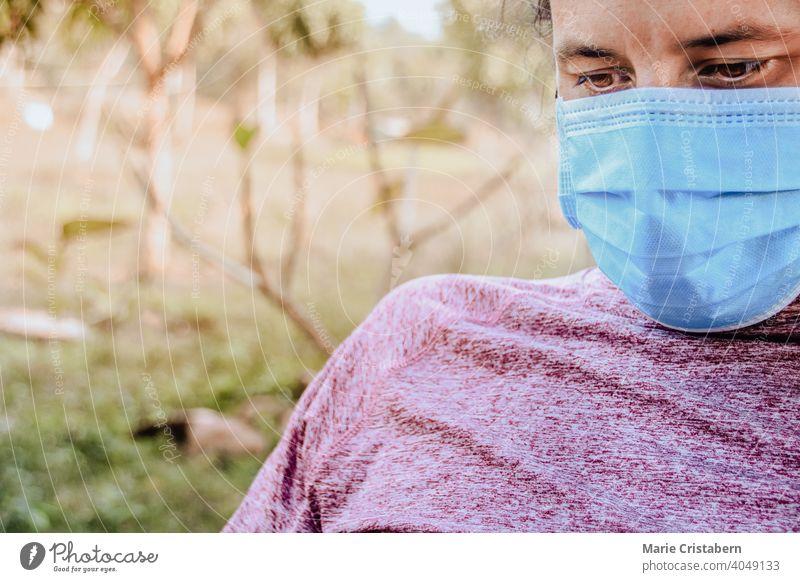 Nahaufnahme eines Mannes, der Kopfhörer und eine medizinische Maske trägt Operationsmaske abschließen neue Normale neue normale Lebensweise Alltagsleben