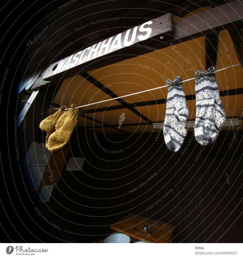 Luftgetrocknete Waschhaus Wäscheleine Socken hängen überdacht Waschtisch schild schrift service Holzbauweise Architektur praktisch luftgetrocknet paar