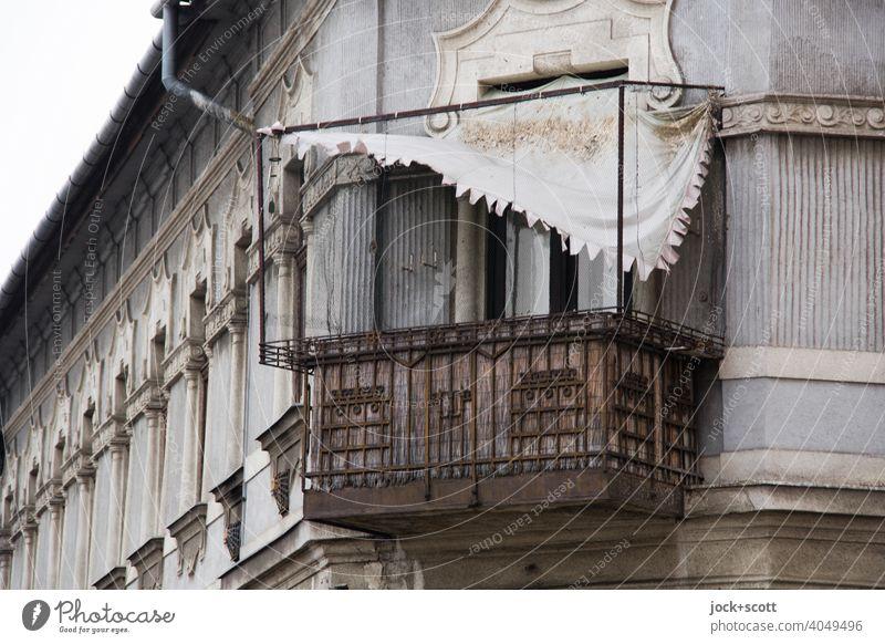 lose Markise hängt noch über rostigen Balkon verwittert verfallen Rost Zahn der Zeit Fassade Budapest Wandel & Veränderung ungepflegt kaputt Regenrinne Hausecke