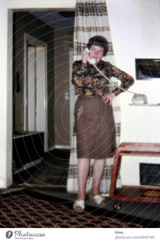 Flurfunk frau telefon telefonieren wohnung inneneinrichtung flur vorhang Häusliches Leben rock bluse dunkelhaarig interessiert engagiert konzentriert Vorhang