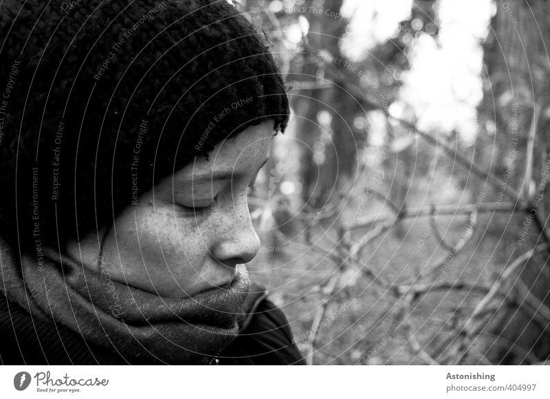 Ruhe Mensch Natur Jugendliche weiß Baum ruhig Junge Frau schwarz Winter Wald Erwachsene Gesicht Auge 18-30 Jahre feminin grau