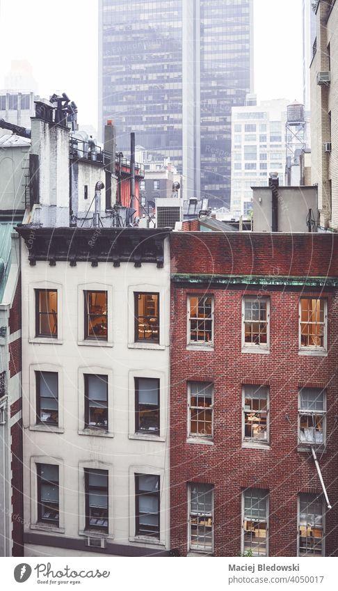 Regentag in New York City, farbig getöntes Bild, USA. Großstadt Gebäude New York State Manhattan Haus Nebel retro alt Stadtmitte Appartement nyc urban neu