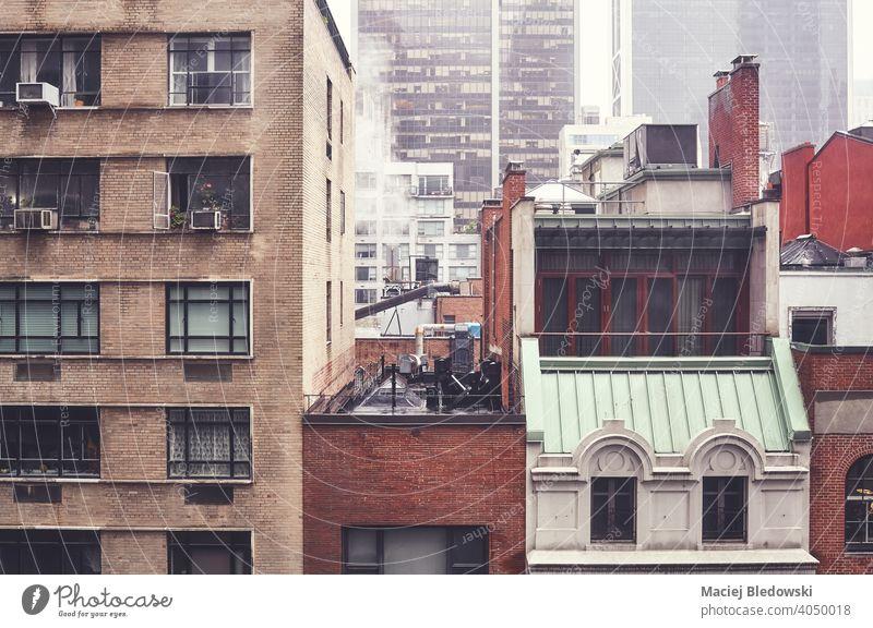 Nebliger Tag in New York City, farbig getöntes Bild, USA. Großstadt Gebäude New York State Manhattan Haus Nebel Regen retro Stadtmitte Appartement nyc urban neu