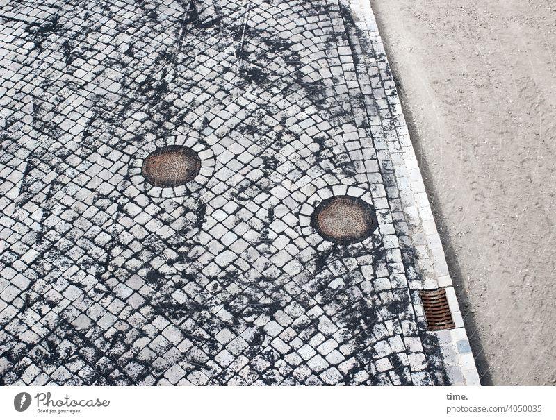 Handarbeiten (1) platz steine muster struktur handarbeit fliesenleger wege freifläche pflasterung einschwämmen gully bordsteinkante abfluss sand baustelle