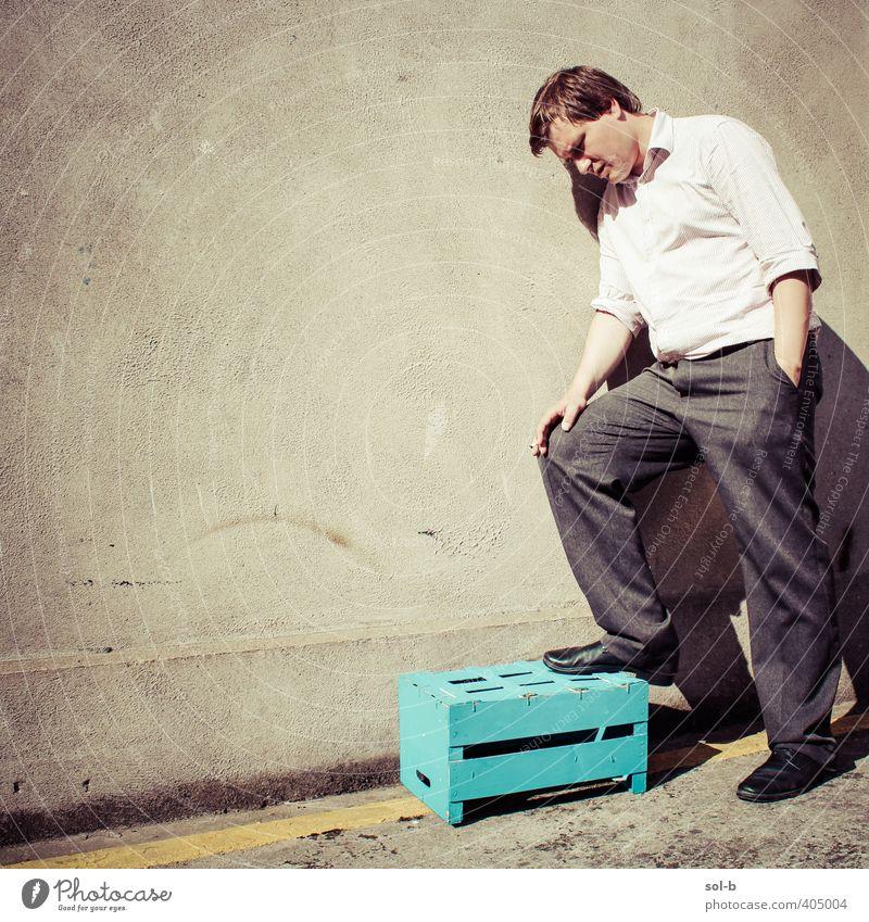Mensch Mann Jugendliche Stadt Erwachsene gelb Junger Mann 18-30 Jahre Wand Mauer Arbeit & Erwerbstätigkeit maskulin Rauchen Müdigkeit Stress Kasten