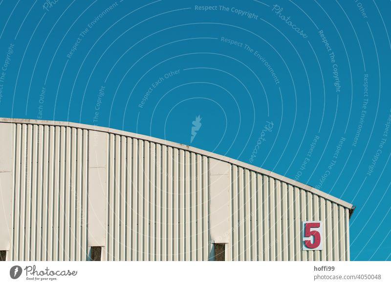Halle 5  - Rot Weiß Blau Lagerhalle gekrümmt Fassade Architektur Dach rot weiß blau fünf Bogen Industrie trist Schriftzeichen Hausnummer Schilder & Markierungen