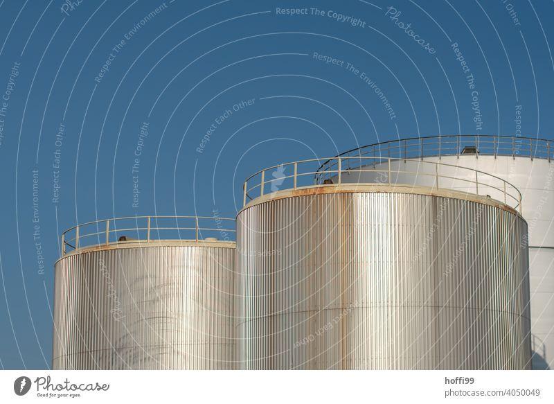 Öltanks im Hafen vor blauem Himmer Tank Energiewirtschaft Gastank Gasometer Industrieanlage Lager Rohstoffe & Kraftstoffe Erdöl Technik & Technologie Vorrat