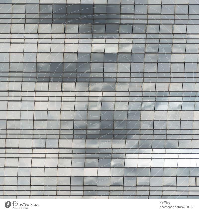 abstrakte Glasfassade in der sich Wolken und Licht spiegeln Gebäude Architekturfotografie Urbanisierung Fenster Fassade Hochhaus Haus Muster Linie Bürogebäude