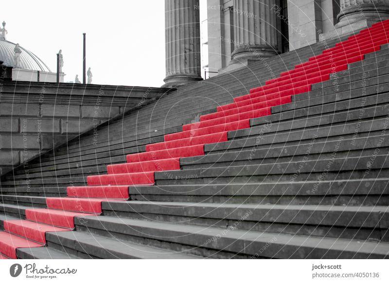 roter Teppich für die Freitreppe Kultur Roter Teppich Treppe seriös Ehre Erfolg Wege & Pfade Stufenordnung Strukturen & Formen Hintergrund neutral