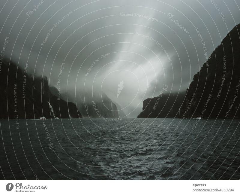 Milford Sound, Neuseeland während einer stürmischen Bootsfahrt fiord Fjord fiordland fjordland Südland holprige Fahrt rau Wetter MEER Bootstour Wasserfälle