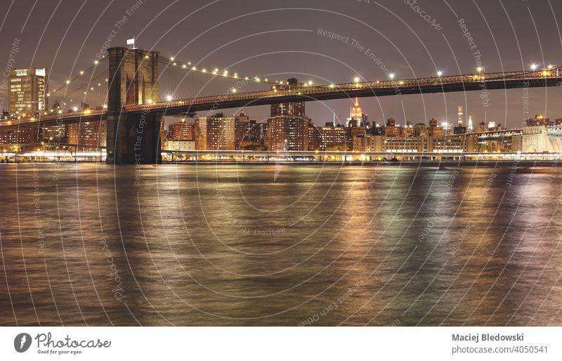 Brooklyn Bridge bei Nacht, USA. Brücke New York State nyc Manhattan Skyline Großstadt reisen beleuchtet Fluss Wasser urban neu Architektur im Freien Big Apple