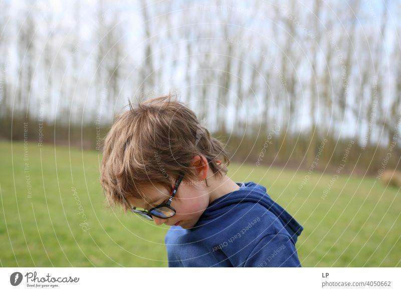 Kind mit Brille schaut nach unten Sicherheit Seuche Quarantäne zuhören Musik Familienzeit Technik & Technologie Vernehmung Erholung aussruhen entdeckend