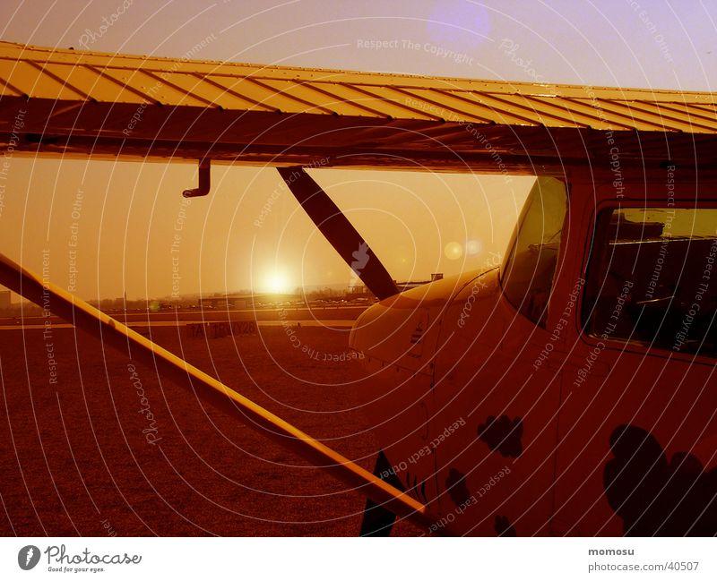 fliegerromantik Sportflugzeug Flugplatz Sonnenuntergang Luftverkehr Detailaufnahme Abend