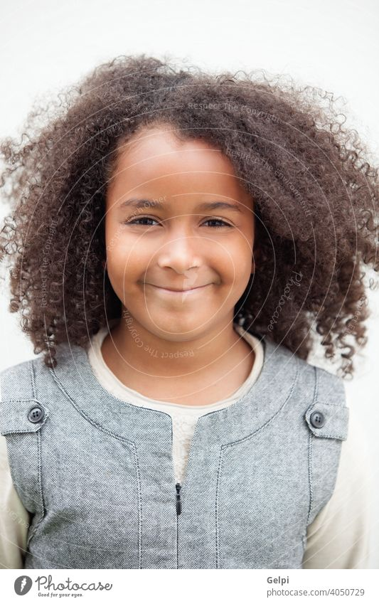 Hübsches Mädchen acht Jahre alt mit schönen Haaren jung außerhalb Kind niedlich Afrikanisch wenig bezaubernd hübsch schwarz Frau Porträt Kindheit Person