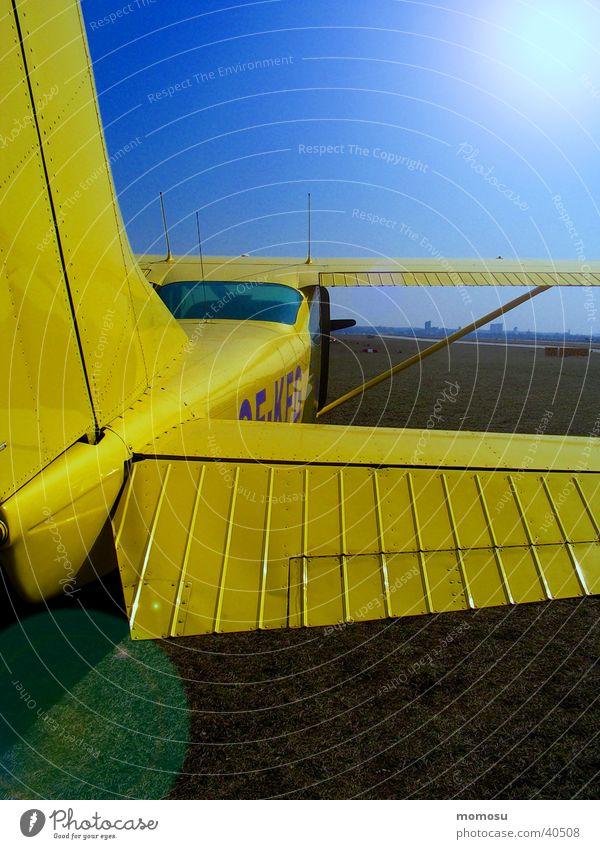 gelber flieger Flugzeug Luftverkehr Heck Flugplatz