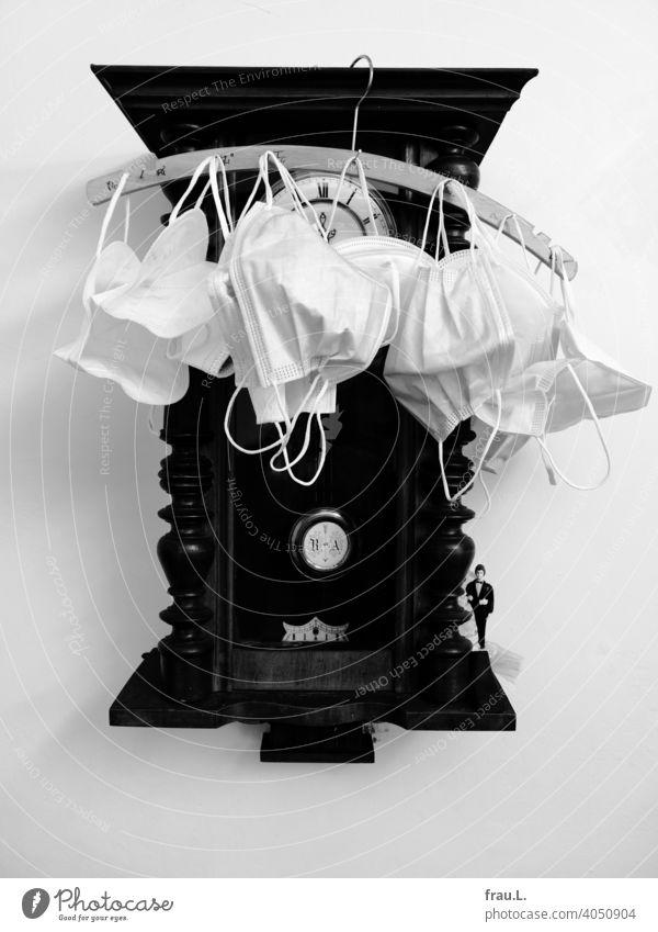 Maskenverwaltung Corona-Pandemie Gesundheit Mundschutz Atemschutzmaske Virus Infektionsgefahr trocknen Uhr Pendeluhr Zeit Kleiderbügel Wanduhr Treppenhaus