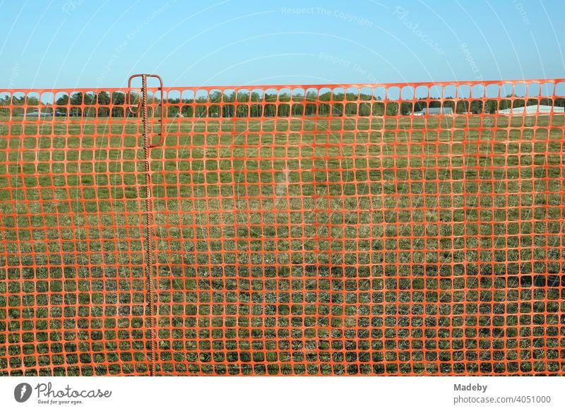 Rotes Netz aus Kunststoff als Zaun zum Schutz der Besucher am Segelflugplatz Oerlinghausen bei Bielefeld im Teutoburger Wald in Ostwestfalen-Lippe Absperrung