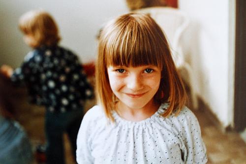 Grinsebacke Kind Mädchen Mensch Freude Spielen Kindheit Glück Lifestyle niedlich Lächeln Fröhlichkeit heiter Porträt Schwester Sommer Balkon Unbekümmertheit