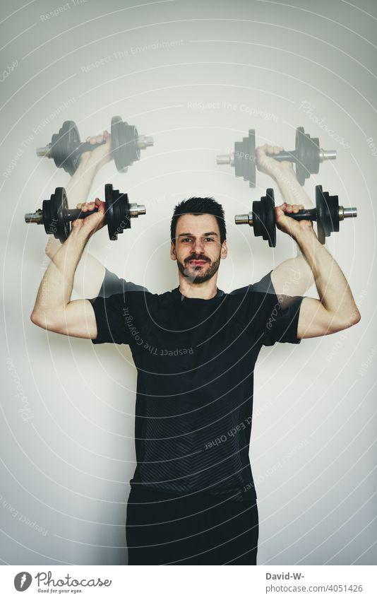 zu Hause mit Hantel Sport machen Quarantäne Sportler trainieren Muskeln Mann Fitness Hanteln Anstrengung pandemie fit Gesundheit Training