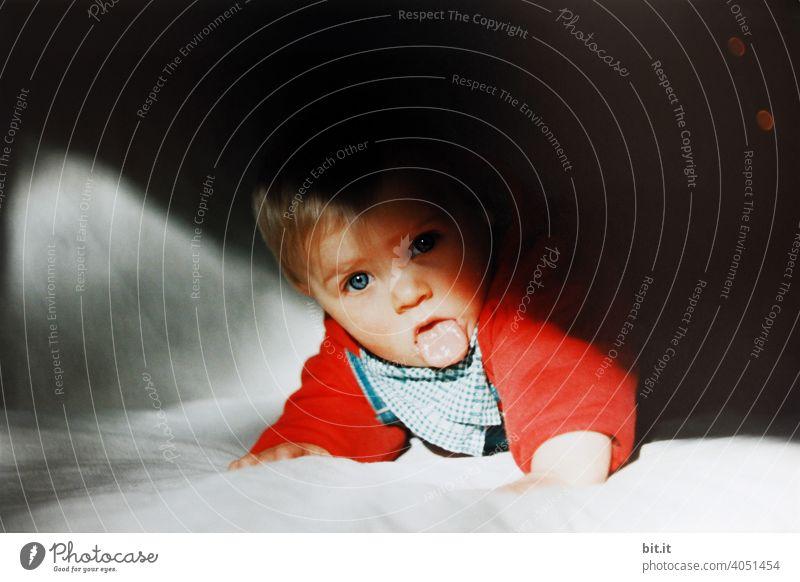 Licht und Zungenbrecher Kind Kindheit klein Kleinkind zunge zeigen Zunge rausstrecken frech Gesicht lustig Mund Porträt Blick in die Kamera Grimasse