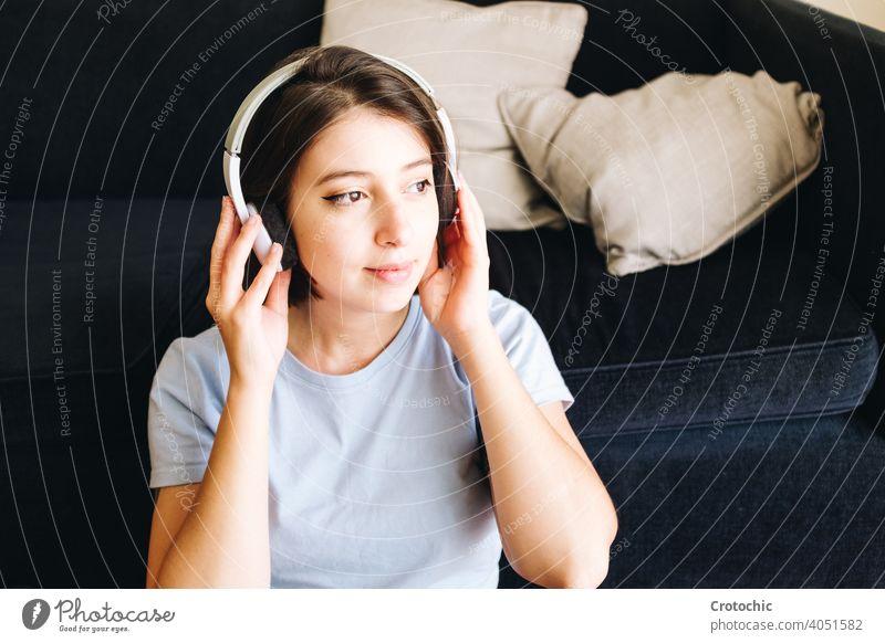 Mädchen mit Kopfhörer zu Hause Person Frau heimwärts Musik Glück hören im Innenbereich Drahtlos Computer Laptop jung entspannend Schüler genießend Erholung