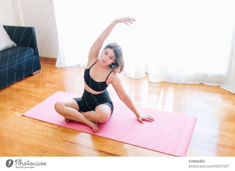 Mädchen übt Yoga in ihrem Wohnzimmer 20s bei Geburt Klasse Kontemplation Kuscheln umarmend energetisch trainiert. Vater Freunde zierlich Gesundheitswesen