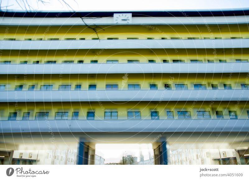 doppeltes Haus der Moderne mit farblichen Akzenten Wohnhaus Doppelbelichtung Fassade Laubengang Balkon Unschärfe Illusion Symmetrie Experiment