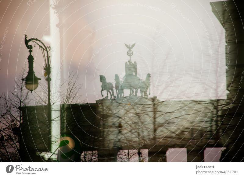Brandenburger Tor durch Reflexion Sightseeing historisch Sehenswürdigkeit Wahrzeichen Hauptstadt Quadriga Pariser Platz Berlin Himmel Gegenlicht Silhouette